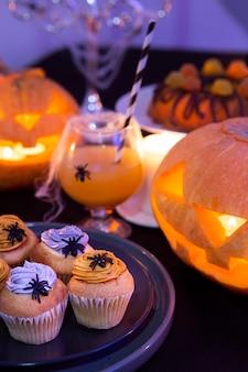 Hoher winkel des köstlichen halloween-nahrungsmittelkonzepts