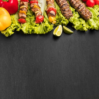 Hoher winkel des köstlichen kebab mit kopierraum