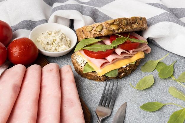 Hoher winkel des köstlichen sandwichs mit speck und tomaten