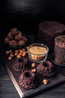 Hoher winkel des köstlichen schokoladenkuchens