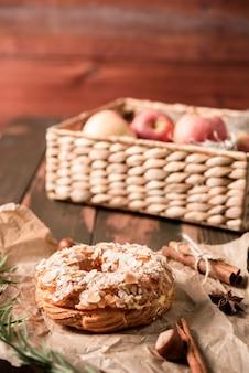 Hoher winkel des krapfens mit sonnen sich von den äpfeln