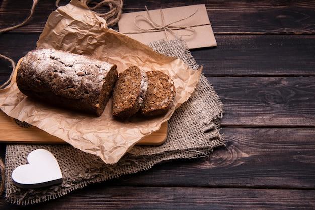 Hoher winkel des kuchens und der scheiben auf pergamentpapier