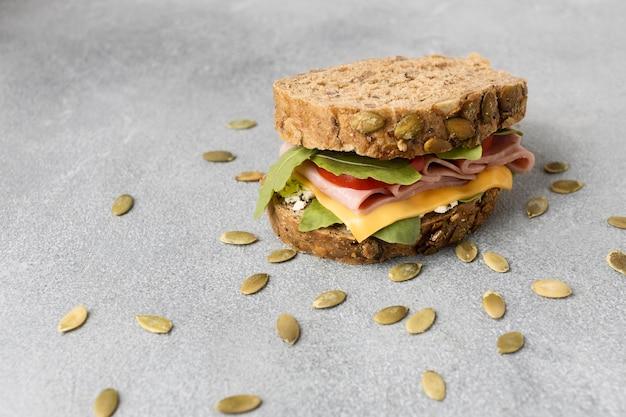 Hoher winkel des leckeren sandwichs