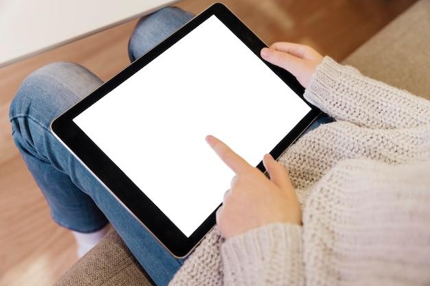 Hoher winkel des mädchens auf tablette mit kopienraum
