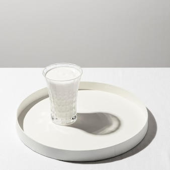 Hoher winkel des milchglases auf tablett mit kopierraum