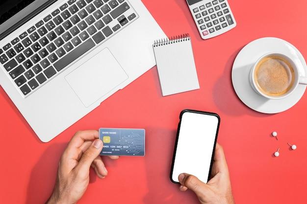 Hoher winkel des online-shoppings mit kopierplatz