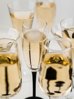 Hoher winkel des schaumigen champagnerglases