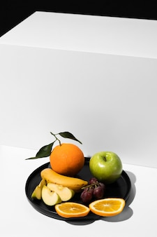 Hoher winkel des tabletts mit früchten und kopierraum
