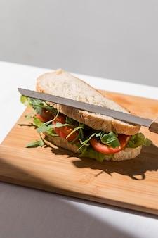 Hoher winkel des toastsandwiches mit tomaten und grüns