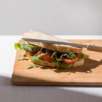 Hoher winkel des toastsandwiches mit tomaten