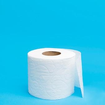 Hoher winkel des toilettenpapieres mit kopierraum
