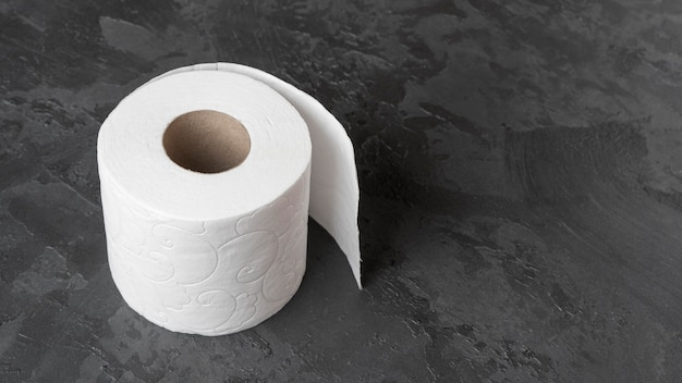 Hoher winkel des toilettenpapiers mit kopierraum