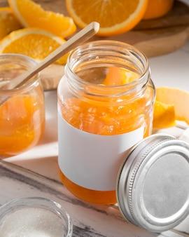 Hoher winkel des transparenten glasgefäßes mit orangenmarmelade