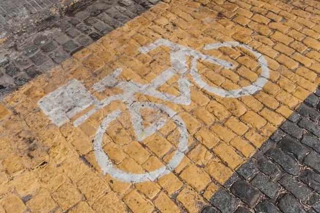 Hoher winkel des verkehrszeichens mit fahrrad