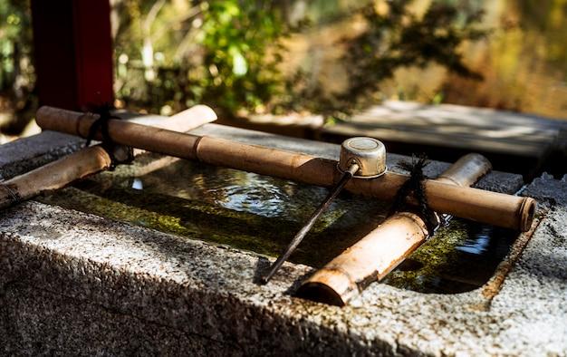 Hoher winkel des wasserbrunnens am japanischen tempel