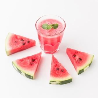 Hoher winkel des wassermelonen-cocktailglases mit kopierraum