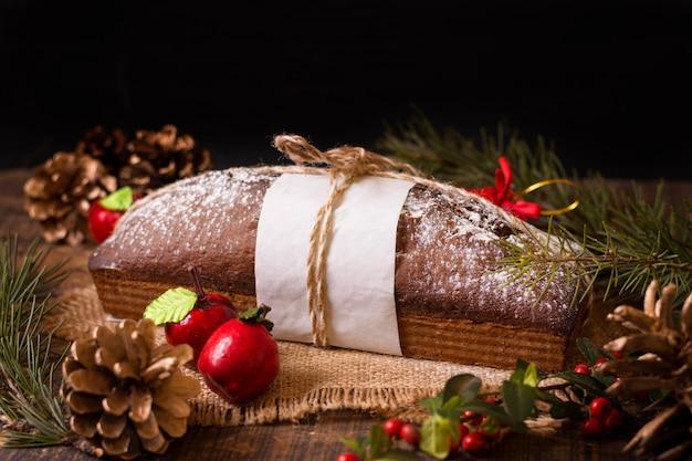 Hoher winkel des weihnachtskuchens mit tannenzapfen