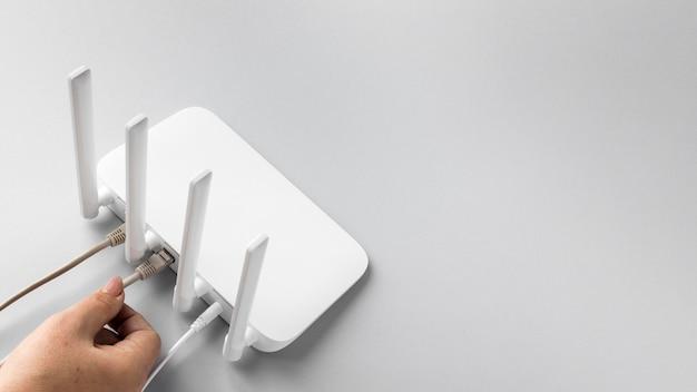 Hoher winkel des wlan-routers mit kabeln und kopierraum