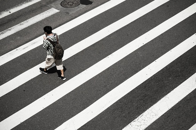 Hoher winkel einer person auf zebrastreifen