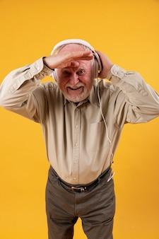 Hoher winkel nahm hörende musik des mannes heraus