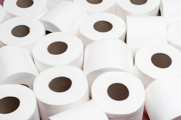 Hoher winkel verschiedener toilettenpapierrollen