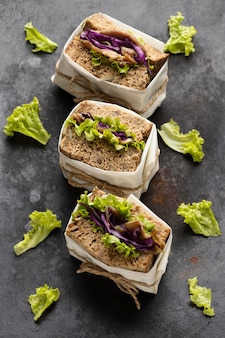 Hoher winkel von drei eingewickelten salatsandwiches
