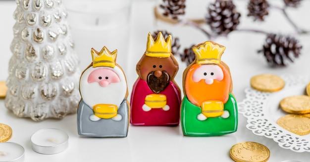 Hoher winkel von drei königen mit münzen für den dreikönigstag