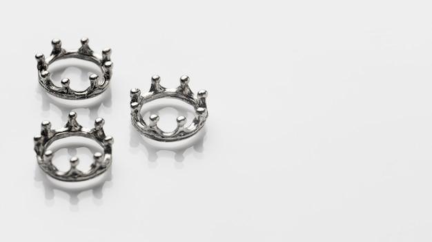 Hoher winkel von drei silbernen kronen für dreikönigstag mit kopierraum