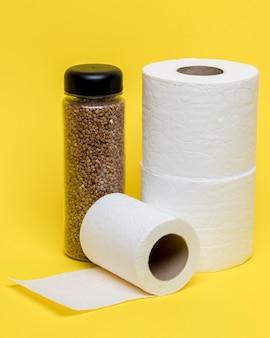 Hoher winkel von drei toilettenpapierrollen