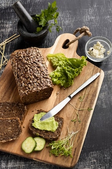 Hoher winkel von geschnittenem brot für sandwiches mit salat