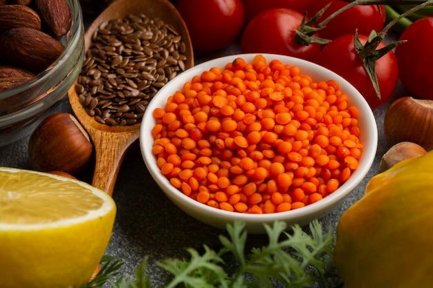 Hoher winkel von gewürzen und tomaten