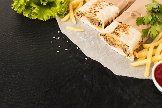 Hoher winkel von leckerem kebab mit pommes frites und kopierraum