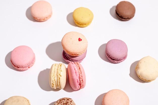 Hoher winkel von macarons für valentinstag