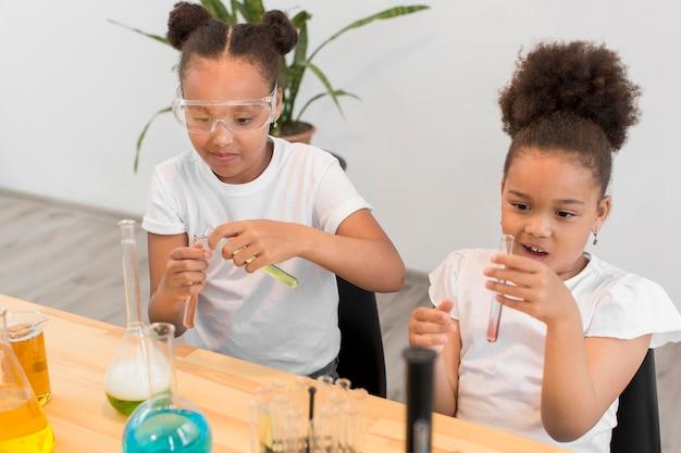 Hoher winkel von mädchen, die mit chemie experimentieren