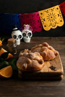 Hoher winkel von pan de muerto mit totenköpfen