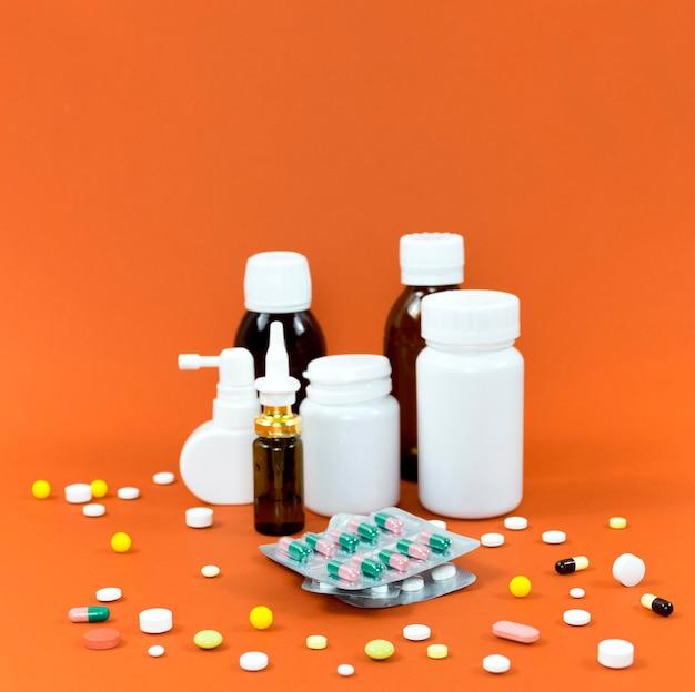 Hoher winkel von tablettenbehältern mit folien