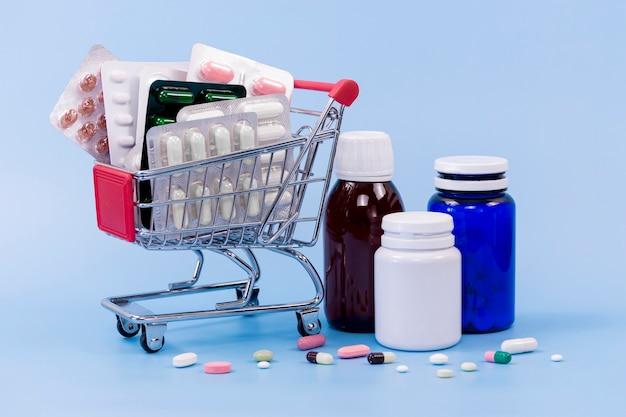 Hoher winkel von tablettenfolien und kunststoffbehältern