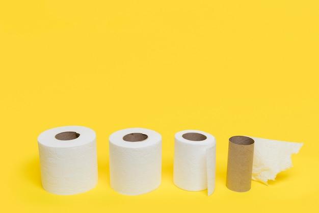 Hoher winkel von toilettenpapier unterschiedlicher größe