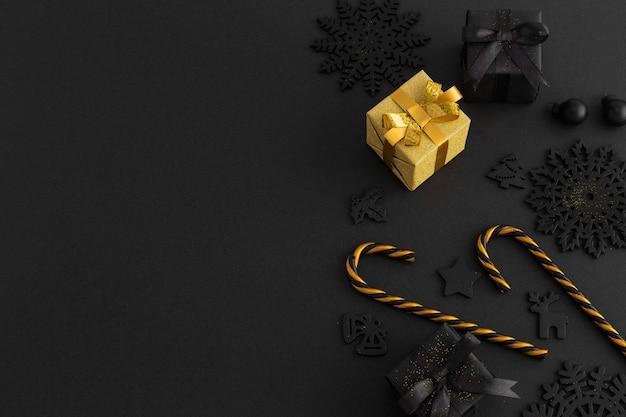 Hoher winkel von weihnachtsschmuck und geschenken