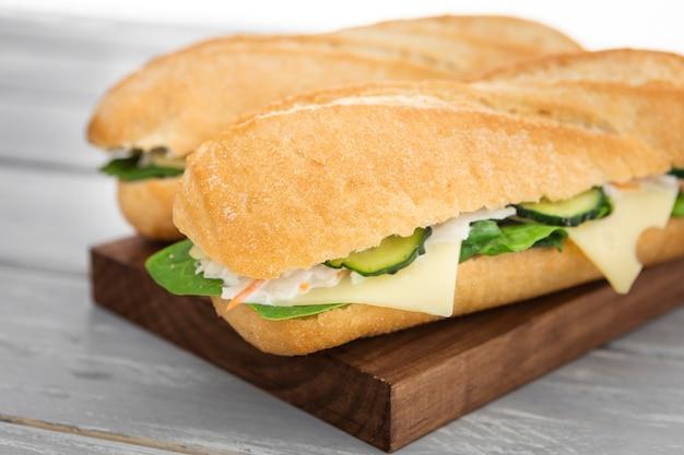 Hoher winkel von zwei sandwiches mit käse- und gurkenscheiben