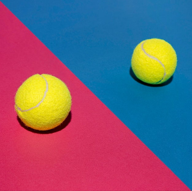 Hoher winkel von zwei tennisbällen