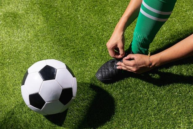Hoher winkelfußball bereit, mit ball zu spielen