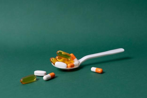 Hoher winkellöffel mit pillen