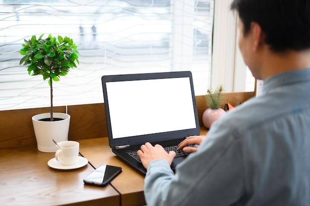 Hoher winkelmann, der am laptop arbeitet
