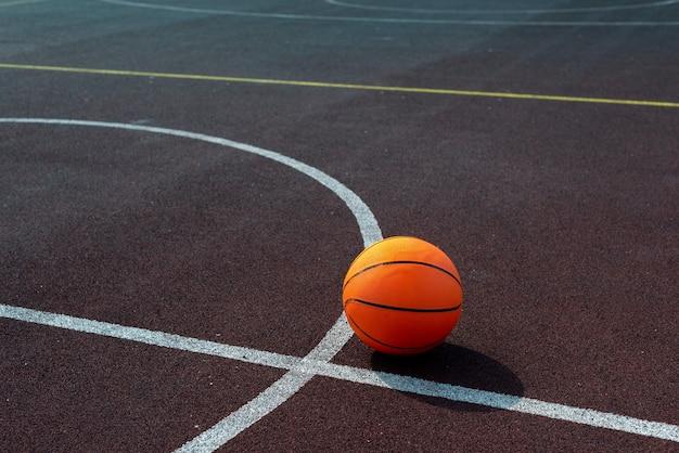 Hoher winkelschuß der basketballkugel