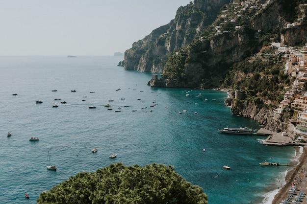 Hoher winkelschuss der schönen ansicht der amalfiküste in italien