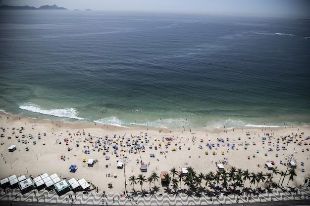 Hoher winkelschuss des zuckerhut-berges und eines strandes nahe dem blauen meer in rio brasilien