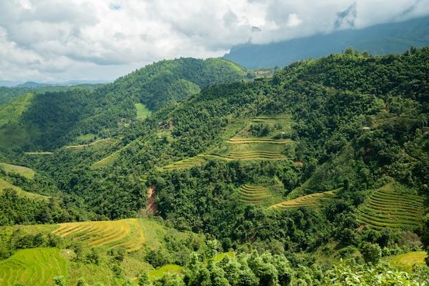 Hoher winkelschuss einer schönen grünen landschaft mit hohen bergen unter dem bewölkten himmel in vietnam