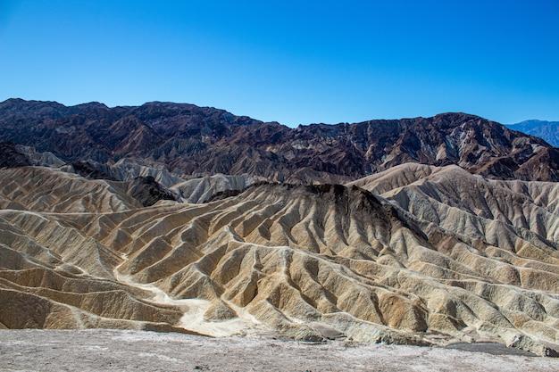 Hoher winkelschuss eines gefalteten felsigen gebirges im death valley-nationalpark kalifornien, usa