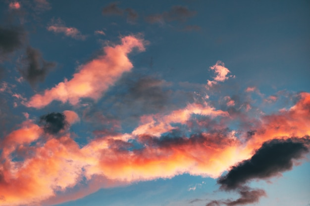 Hoher wolkenwinkel während der goldenen stunde